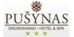 """Viešbutis """"Pušynas"""" yra įsikūręs pačiame Druskininkų centre. Pro jo langus matyti neogotikinio stiliaus Druskininkų bažnyčia, todėl matydami ją pamatysite ir savo unikaliu dizainu pušies kankorėžį primenantį """"Pušyno"""" viešbutį."""